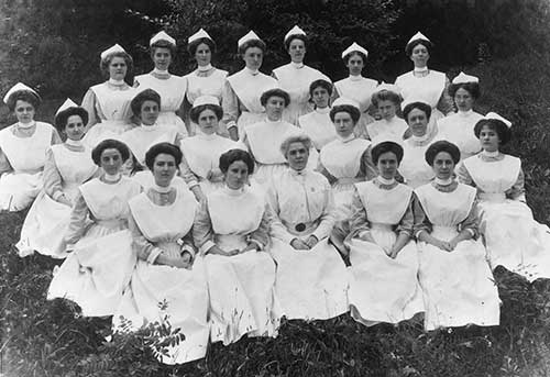 Superintendent of Nursing Mary Jane Hurdley, RN, with 1910 students. Eleanor Crowder Bjoring Center for Nursing Historical Inquiry, University of Virginia School of Nursing.